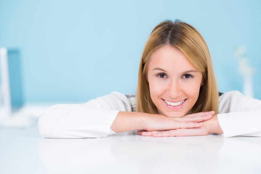 freundliche junge frau mit strahlendem lächeln